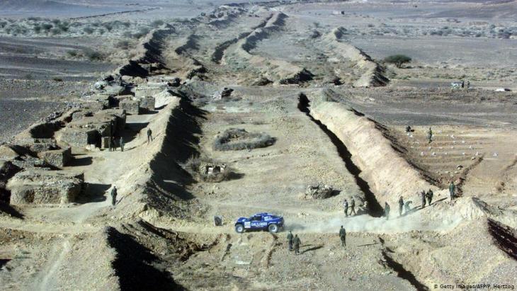 في الصورة: مشهد من الجدار الأمني المغربي الذي يحمي 80% من أراضي الصحراء الغربية.
