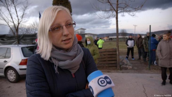 """تقول هذا السيدة البوسنية الشقراء إن المهاجرين غير النظاميين """"لا يريدون البقاء في البوسنة. إنهم يريدون التوجه إلى أوروبا (الغربية)، ولهذا ينبغي على الاتحاد الأوروبي أن يفتح أبوابه ويستقبلهم""""  (photo: Marina Strauss/DW)"""