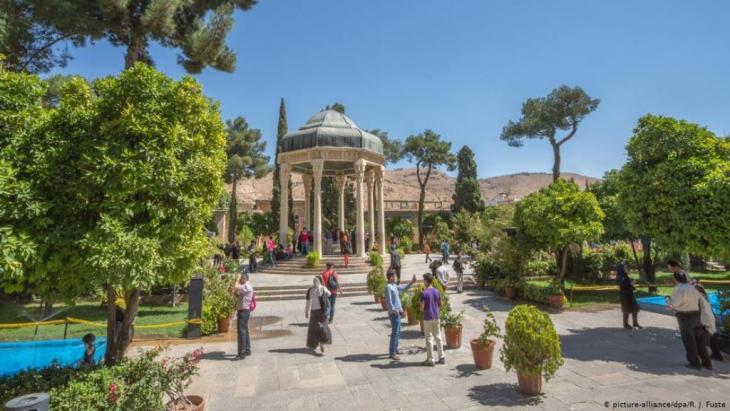أجواء حديقة الشاعر حافظ [الحافظية] بمدينة شيراز – إيران.