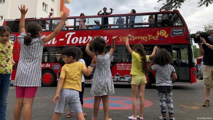 حفلات موسيقية بالحافلة ذات الطابقين في زمن كورونا - مدينة بون الألمانية في ألمانيا 2020 - العراقي الألماني سامان حداد: الاندماج يتم عبر الموسيقى والرقص والأكل.  (photo: Lukas Hess)