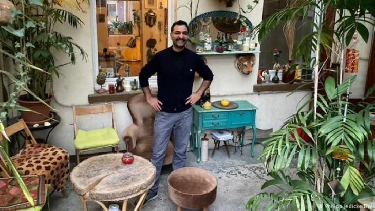 في مطبخه الصغير المضاء بالشموع بدأت المهمة الثقافية لسامان حداد في ألمانيا - العراقي الألماني سامان حداد: الاندماج يتم عبر الموسيقى والرقص والأكل.  (photo: DW/Philipp Jedicke)