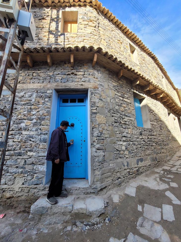 إذا رمم البيت يجب مراعاة البناء القديم في القليعة قرية مخبأة بين جبال الجزائر. نموذج للتلاحم العربي الأمازيغي عبر التاريخ