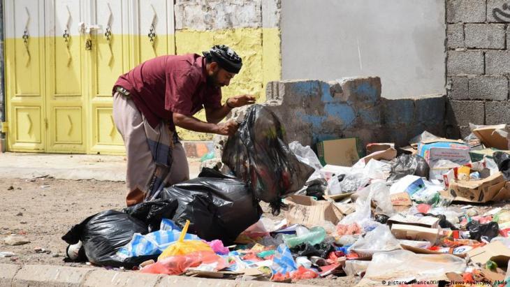 رجُل يبحث في القمامة عما يمكن استخدامه في عدن – اليمن. Foto: picture-alliance/Xinhua News Agency/M.Abdo