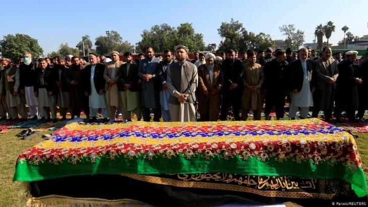 صلاة الجنازة على الإذاعيّة المعروفة، مَلالا مايوَاند (الصورة: پارويز/وكالة رويترز)  Foto: Parwiz/ Reuters