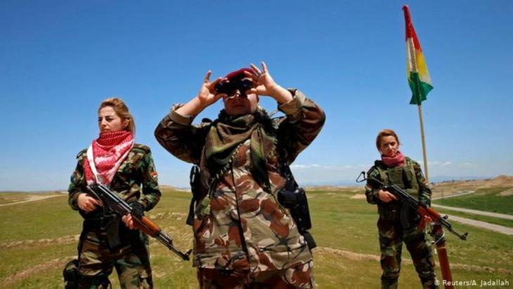 """هوشنك أوسي: """"يتحدّث الإعلام الأوروبي والأمريكي عن المقاتلات الكرديّات، ويتعامى عن عشرات الآلاف من النساء الكرديّات اللاتي تركن أو هربن من صفوف حزب العمال الكردستاني. لا أحد يستمع لمحنة تلك النسوة الكرديات وماذا فعل حزب العمال الكردستاني بهن، وكيف دمّر حياتهن""""."""