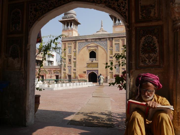 تلاوة القرآن في مسجد وزير خان بالبلدة القديمة في مدينة لاهور باكستان. Foto: Marian Brehmer