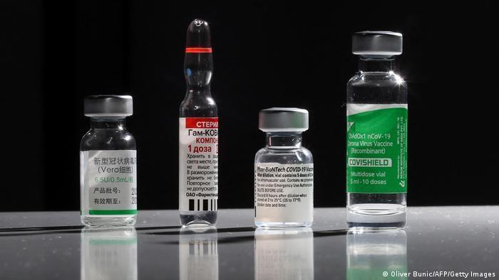 قوارير صغيرة تحتوي على لقاحات متنوعة ضد فيروس كورونا.  (photo: Oliver Bunic/AFP/Getty Images)