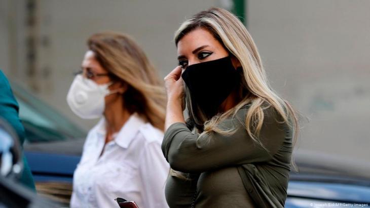 لبنانيتان مرتديتان أقنعة واقية من كورونا في العاصمة بيروت - لبنان.  (photo: Joseph Eid/AFP/Getty Images)