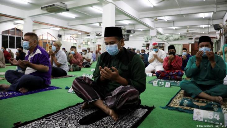 السؤال الديني يبقى حاضرا في الدول الإسلامية حول مكونات لقاح كورونا