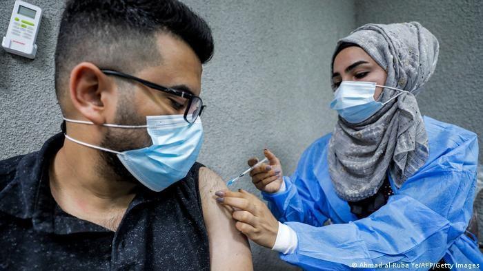 لقاح فايزر بيونتيك - ممرضة في مستشفى الكندي في بغداد - العراق.  (photo: Ahmad al-Rubaye/AFP/Getty Images)