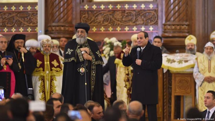 الرئيس المصري عبد الفتاح السيسي وإلى جانبه البابا القبطي تواضروس الثاني 2019. (photo: Getty Images/AFP/M. El-Shahed)