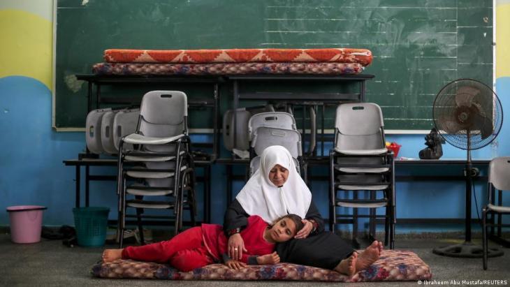 مدينة غزة - فلسطينيون يبحثون عن مأوى من الضربات الجوية في مدرسة. Foto; Ibraheem Abu Mustafa/Reuters