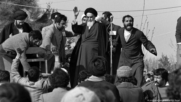 قائد الثورة الإسلامية في إيران آية الله الخميني بعد عودته من منفاه في فرنسا. (Foto: picture-alliance/dpa/AFP/G.Guval)