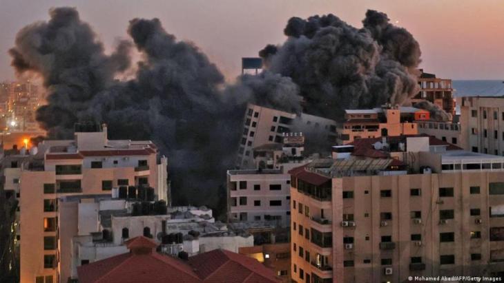 برج هنادي المدمر في مدينة غزة. ( Mohamed Abed/AFP/Getty Images)