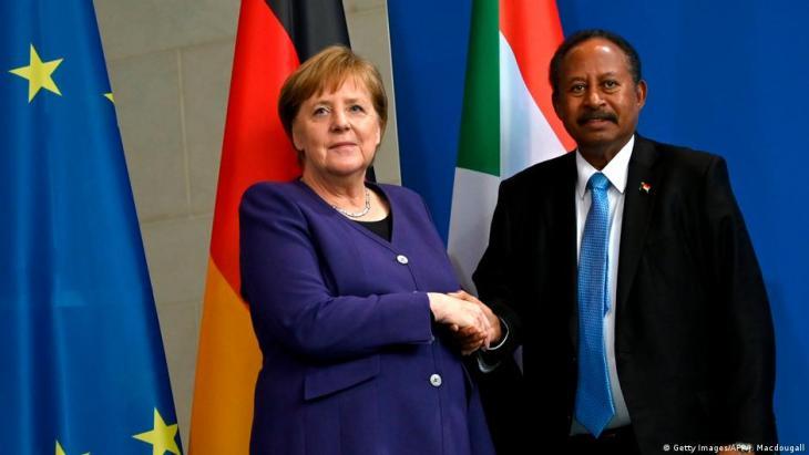 المستشارة الألمانية أنغيلا ميركل تعهدت بمساعدة السودان في طريقه إلى الديمقراطية. في الصورة: المستشارة الألمانية أنغيلا ميركل ورئيس الوزراء السوداني عبد الله حمدوك - 2020.