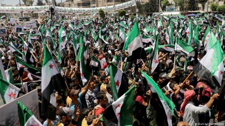 معارضو الأسد يحتجون في معقل المعارضة إدلب يوم انتخابات سوريا الرئاسية.
