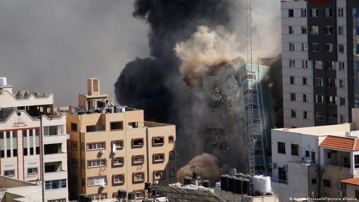 دمرت إسرائيل مبنى من 12 طابقا في غزة يضم مكاتب وكالة أسوشيتد برس الأمريكية وقناة الجزيرة القطرية.
