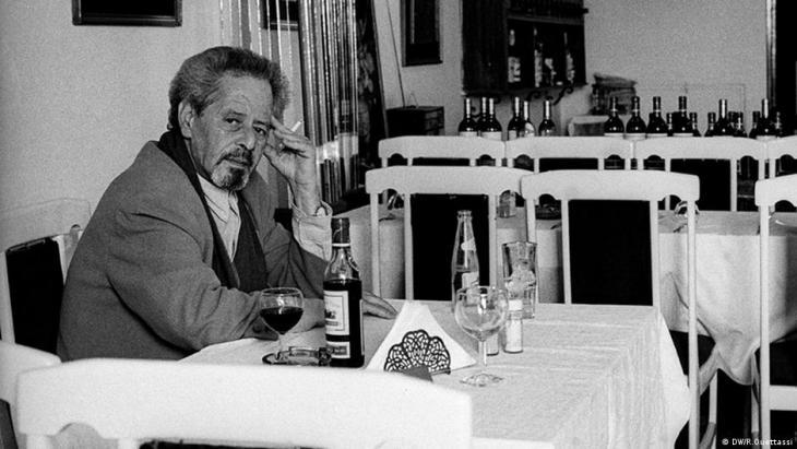 محمد شكري في حانة فندق ريتز بطنجة، حيث اعتاد الجلوس مع أصدقائه ومنهم الكاتب الأميركي بول بولز - المغرب.