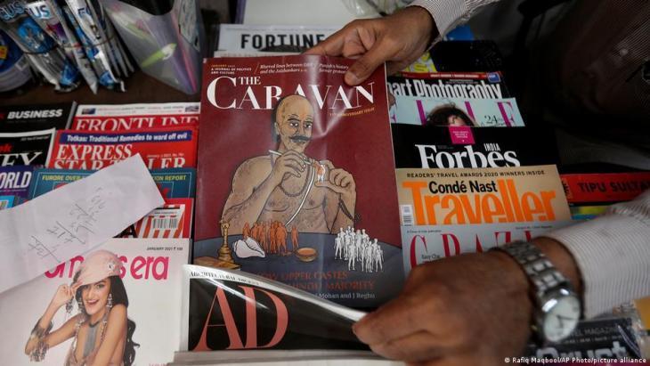"""شخص يبحث عن ويعثر على مجلة """"ذا كارافان""""، المجلة الاستقصائية الرائدة في الهند، - 5 فبراير / شباط 2021."""