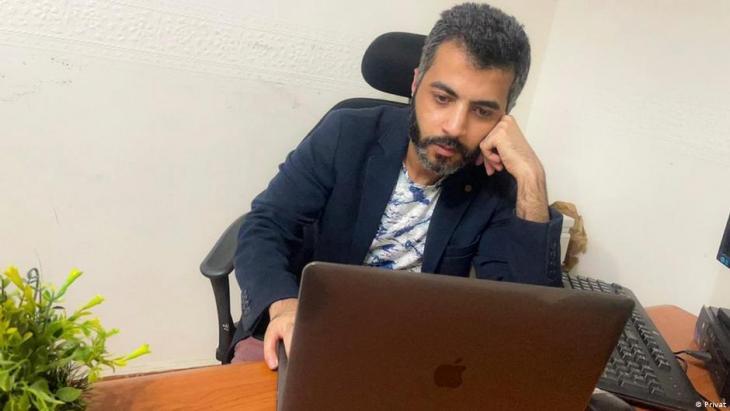 """مدير التسويق محمد اليماني يدير صفة """"مقاوم"""" على الفيسبوك لمساعدة ضحايا الابتزاز الجنسي في مصر إلى جانب عمله في التسويق."""