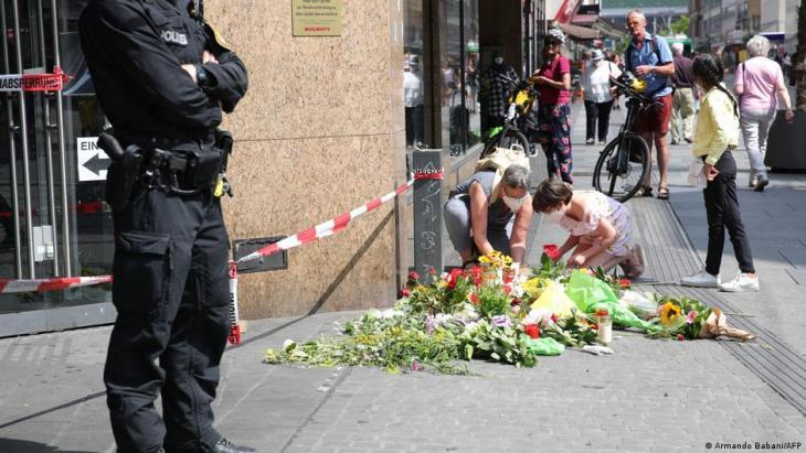 هجوم مدينة فورتسبورغ - ألمانيا -  في المدينة البافارية، جلب السكان الزهور والشموع صباحا إلى موقع عملية الطعن