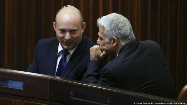 زعيم المعارضة الإسرائيلية يائير لابيد (إلى اليمين في الصورة) مع نفتالي بينيت (إلى اليسار في الصورة) الزعيم السابق لتنظيمٍ مدافع عن المستوطنات اليهودية.