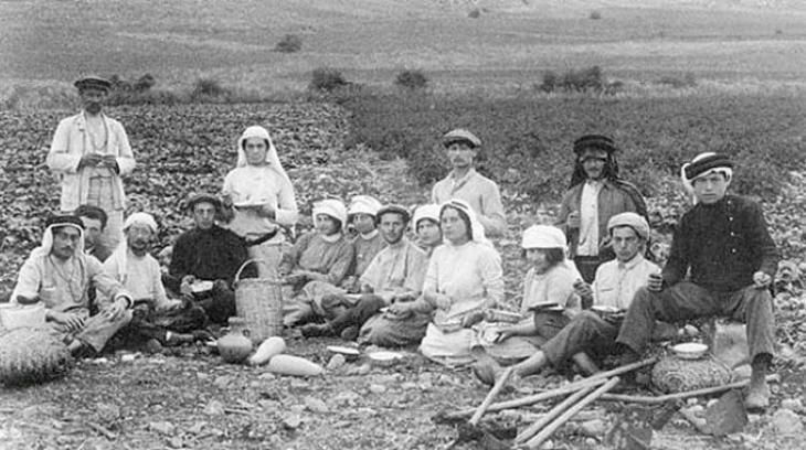 مستوطنون يهود في فلسطين في ثمانينيات القرن التاسع عشر.  source: https://orientxxi.info)