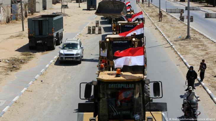 وصول معدات وطواقم فنية مصرية إلى غزة لبدء إعادة الإعمار.