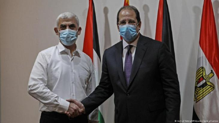 يحيى السنوار رئيس حركة حماس  في قطاع غزة مع رئيس المخابرات العامة المصرية عباس كامل.