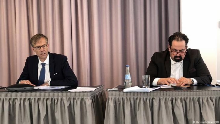 المفوض الخاص لمجلس أوروبا المعني بشؤون معاداة السامية ومعاداة المسلمين دانيل هولتغن مع رئيس المجلس المركزي للمسلمين في ألمانيا أيمن مزيك. (Foto: Christoph Strack/DW)