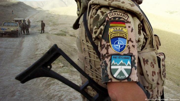 قوة المساعدة الأمنية الدولية - الناتو - الموقع: فیضآباد في أفغانستان- جندي من الجيش الألماني في الموقع (صورة أرشيفية). Foto: picture-alliance/dpa/M. Gambarini