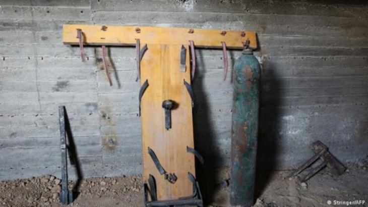 """نظرة تظهر بعض الأدوات التي استخدمها """"جيش الإٍسلام"""" للتعذيب في أحد سجونه تحت الأرض في مدينة دوما السورية Foto AFP"""