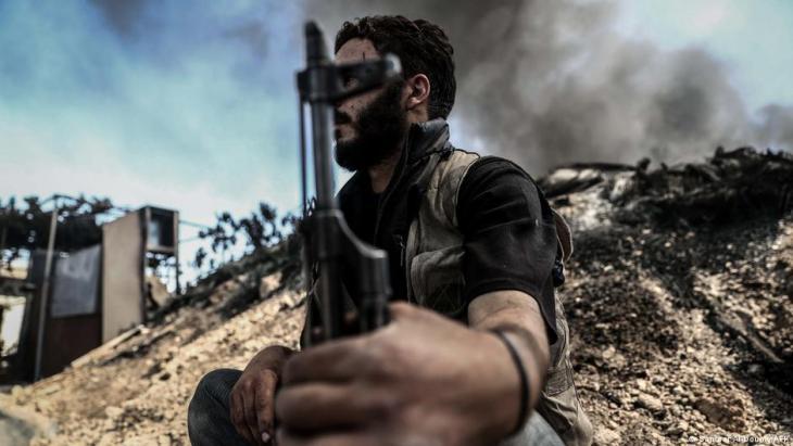 """أحد أفراد """"جيش الإسلام"""" في دوما في السابق - سوريا. Foto AFP"""