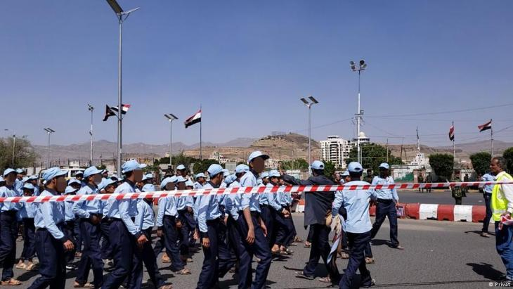 استعراض كشفي لملتحقين بأحد المراكز الصيفية في ميدان السبعين في صنعاء – اليمن.