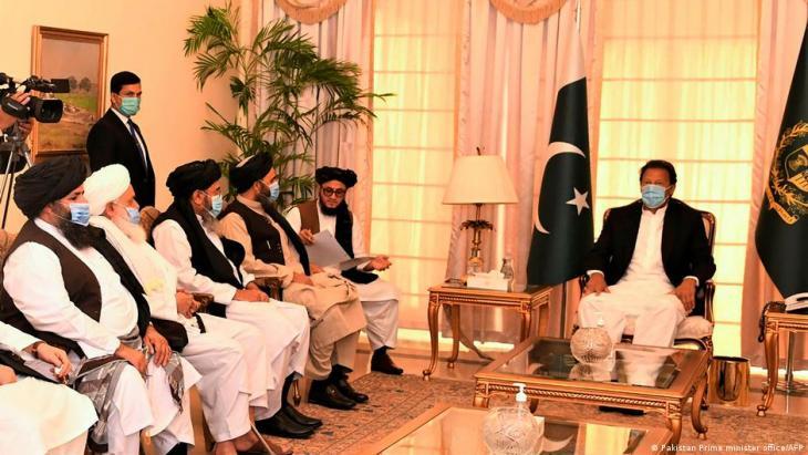 رئيس الوزراء الباكستاني عمران خان يلتقي بقادة طالبان. (Foto: Pakistan Prime minister office/AFP)