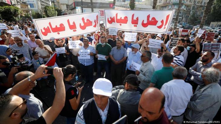 المئات يتظاهرون وسط رام الله مطالبين برحيل الرئيس عباس