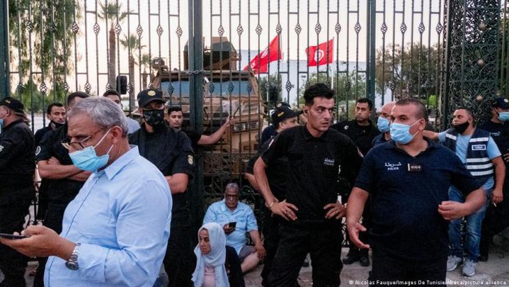 مظاهرات أمام البرلمان التونسي بعد تجميد أعماله