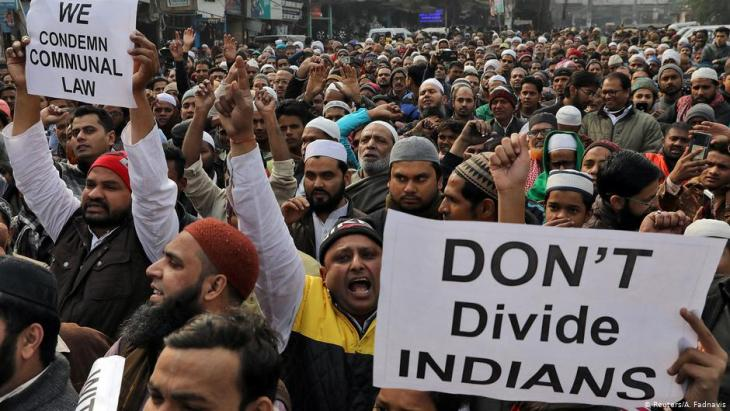 احتجاجات ضدَّ قانون الجنسية المثير للجدل في جميع أنحاء الهند - استثناء مسلمين من الحصول على الجنسية في ظل حكومة رئيس الوزراء مودي. (Reuters/A. Fadnavis)