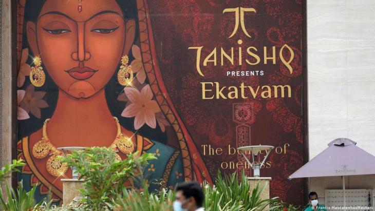 إعلان لماركة المجوهرات تانيشق (تانيشك) في الهند.  (photo: Francis Mascarenhas/Reuters)