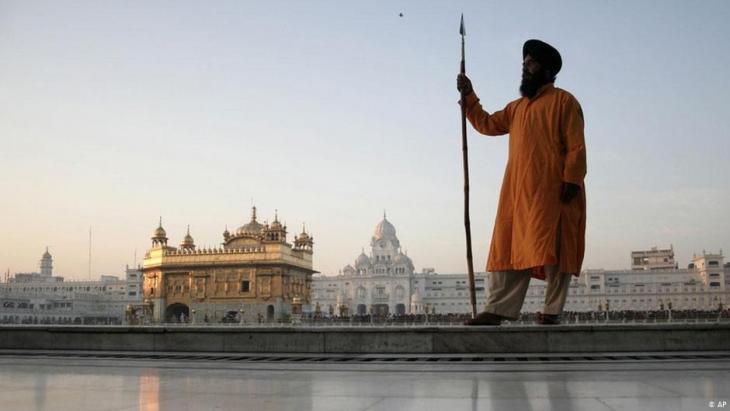 حارس سيخي للمعبد الذهبي في أمريتسار بالهند.  (photo: AP)