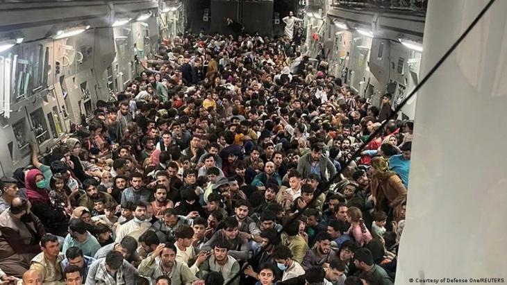 مئات الأفغان الفارِّين المكدَّسين داخل طائرة نقل عسكرية أمريكية أقلعت من مطار كابول في أفغانستان - الأحد 15 / 08 / 2021. Afghanistan Evakuierung von Afghanen aus Kabul durch die U S Air Force Foto Reuters