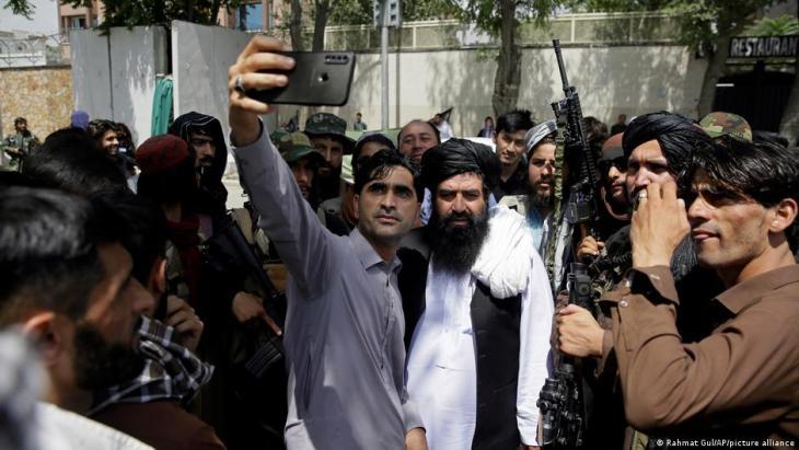 أخد أعضاء طالبان في أفغانستان محاط بعامة الناس. Afghanistan Taliban Kaempfer in Kabul Foto Picture Alliance