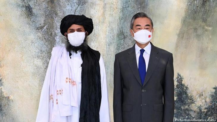 وزير الخارجية الصيني وانغ يي (يمين) والملا عبد الغني بارادار زعيم طالبان البارز.  (Foto: Li Ran/XinHua/dpa/picture alliance)