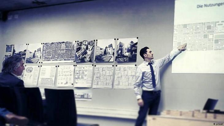المهندس ماهر دعبول يعرض مشروعه في جامعة لايبزيغ حول إعادة إعمار سوريا Deutschland Maher Dabool hält einen Vortrag an der Uni Leipzig Foto Privat