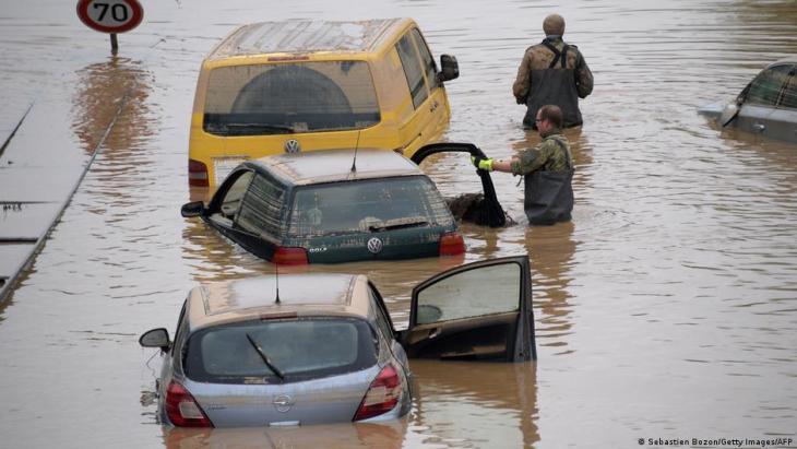 أودت الفيضانات التي ضربت أوروبا وأجزاء من ألمانيا 2021 بعد هطول أمطار غريزة بحياة العشرات. Deutschland Unwetter B265 bei Erftstadt Blessem Foto Getty Images