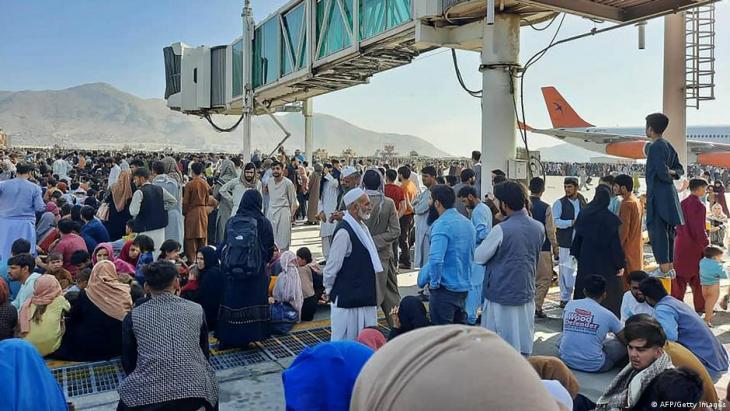 احتشاد الناس عند مطار كابول من أجل مغادرة أفغانستان إثر سيطرة حركة طالبان على البلاد. AFP/Getty Images