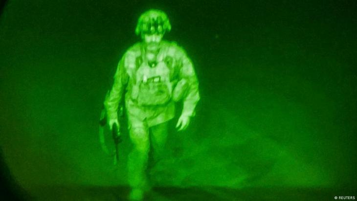 يبدو سائراً وسلاحه في يده، كان الميجر جنرال كريس دوناهو قائد الفرقة 82 المحمولة جوا ذائعة الصيت آخر عسكري أمريكي يستقل  الرحلة الأخيرة من أفغانستان  قبل دقيقة واحدة من إعلان دقات الساعة حلول منتصف الليل أمس الاثنين.