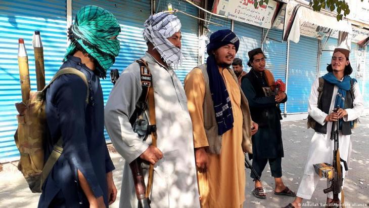مقاتلون من طالبان في مدينة قُندُز – أفغانستان. Foto: Abdzllah Sahil/AP/picture-alliance