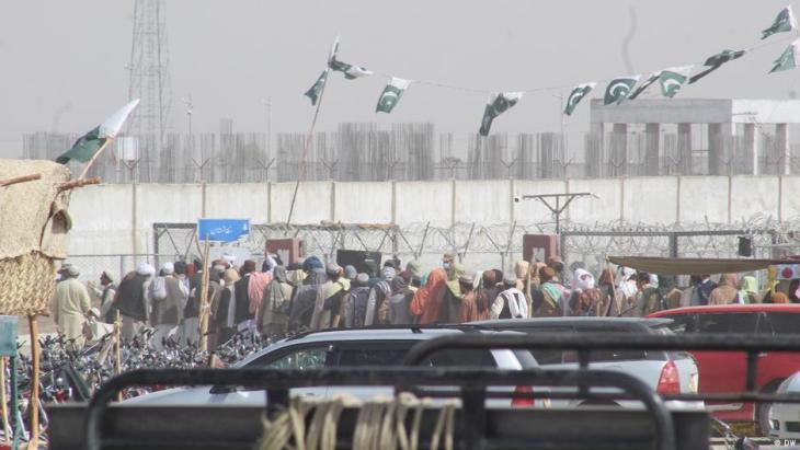 الحدود الأفغانية الباكستانية - يسعى العديد من الأفغان لدخول باكستان. Afghanistan  Pakistan Grenzuebergang in Chaman Foto DW