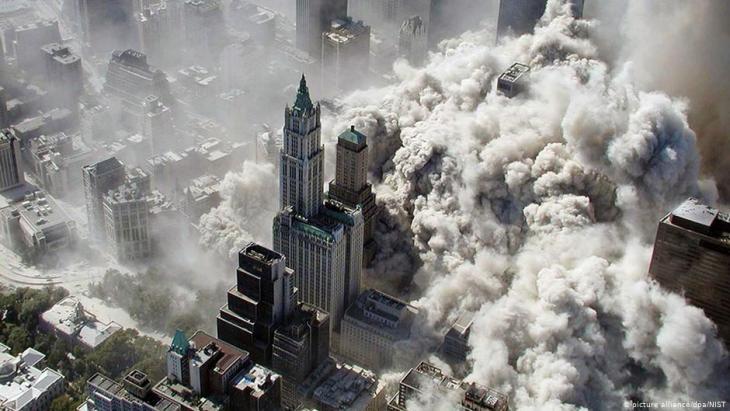 انهيار البرجين الشمالي والجنوبي لمركز التجارة العالمي في مانهاتن في تاريخ 11 سبتمبر / أيلول 2001 في الولايات المتحدة الأمريكية.  (photo: picture-alliance/dpa/NIST)